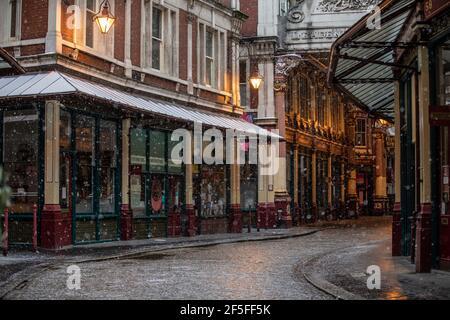 Leadenhall Market nella città di Londra si erge desertato durante i mesi invernali di chiusura del coronavirus del 2021, Inghilterra, Regno Unito