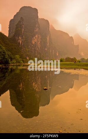 Luci e nuvole drammatiche sul classico paesaggio carsico del fiume li, tra Yangdi e Xingping, Guangxi, P.R. della Cina. Foto Stock