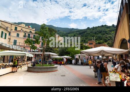 Monterosso, Liguria, Italia. Giugno 2020. Il mercato si svolge nella piazza del centro storico del paese: La gente è vicino alle bancarelle per fare shopping. Foto Stock