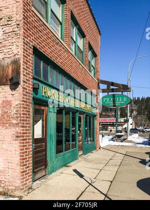 Frontage della Pioneer Coffee Roasting Co a Cle Elum Washington in una fredda mattina invernale che offre un i viaggiatori più caldi si riposano Foto Stock
