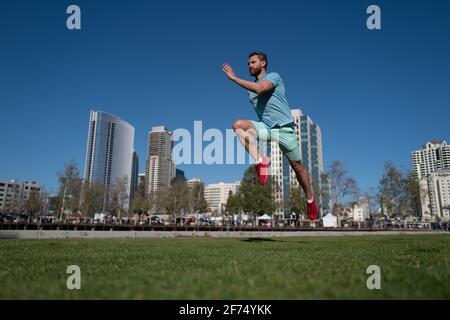 Giovane atletico che corre nella natura. Movimento dinamico.