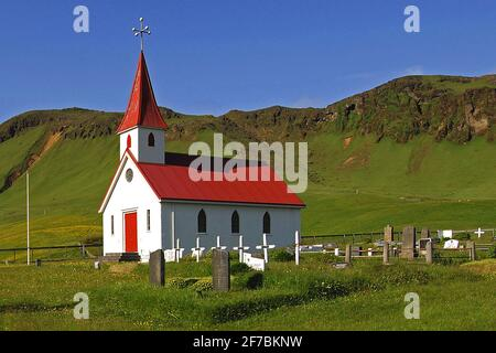 Piccola chiesa di Reynir (Reyniskirkja) nei pressi di Vik in Islanda meridionale, Islanda, Reynir