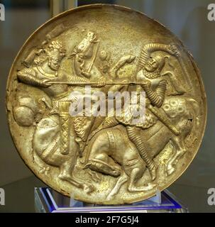 Piatto in argento dorato sasaniano raffigurante il Re che combatte contro un avversario, Museo Tabriz, Iran.