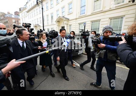 L'ex ambasciatore del Myanmar nel Regno Unito, Kyaw Zwar Minn, fuori dall'ambasciata del Myanmar a Mayfair, Londra, al quale è stato impedito di entrare. Data immagine: Giovedì 8 aprile 2021.