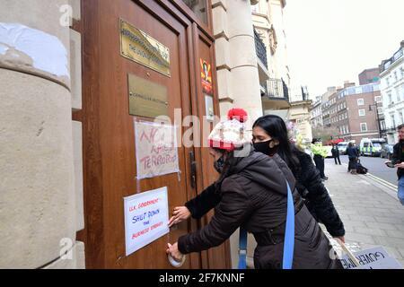 Manifestanti al di fuori dell'ambasciata del Myanmar a Mayfair, Londra, a cui è stato impedito l'ingresso dell'ex ambasciatore del Myanmar nel Regno Unito, Kyaw Zwar Minn. Data immagine: Giovedì 8 aprile 2021.