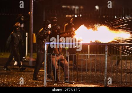 Giovani fuochi d'artificio al PSNI sulla strada Springfield, durante ulteriori disordini a Belfast. Data immagine: Giovedì 8 aprile 2021.