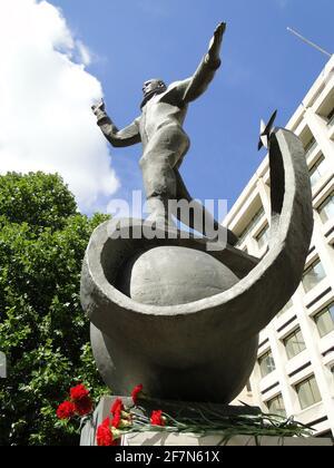 Svelando la statua a Yuri Gagarin, il primo uomo in cosmo presso il British Council Building di Londra, Regno Unito