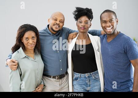 Gruppo di amici africani felici insieme