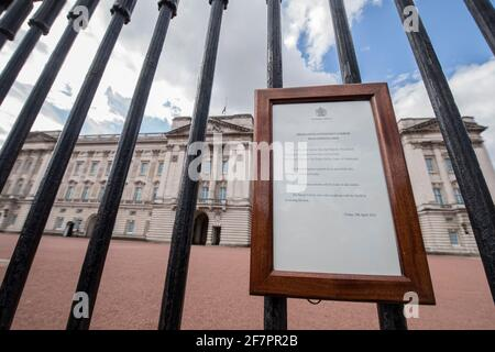 Un segno che annuncia la morte del Principe Filippo, Duca di Edimburgo, morto all'età di 99 anni, è appeso alle porte di Buckingham Palace, a Londra, in Gran Bretagna, il 9 aprile 2021. Ian West/piscina via REUTERS