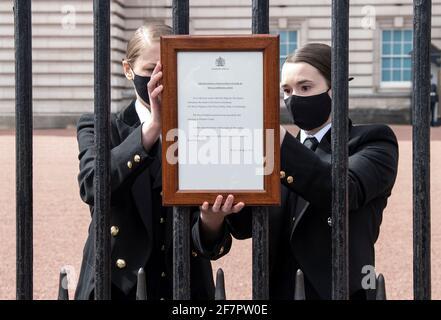 Un segno che annuncia la morte del Principe Filippo, Duca di Edimburgo, morto all'età di 99 anni, è posto alle porte di Buckingham Palace, a Londra, in Gran Bretagna, il 9 aprile 2021. Ian West/piscina via REUTERS