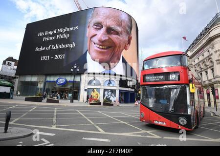 Un tributo al Duca di Edimburgo, che sarà mostrato per 24 ore, in mostra al Piccadilly Lights nel centro di Londra, dopo l'annuncio della sua morte all'età di 99 anni. Data immagine: Venerdì 9 aprile 2021.