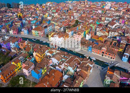 Veduta aerea delle case colorate dell'Isola di Burano, Italia, Venezia