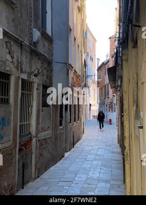 Piccola strada a Venezia senza persone durante la crisi COVID-19, Italia Foto Stock