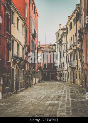 Piccola piazza a Venezia senza persone durante la crisi italiana di blocco COVID-19, Italia Foto Stock