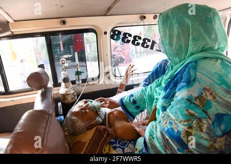 Dhaka, Bangladesh. 10 Apr 2021. Un paziente di coronavirus visto essere portato al Mugda Medical College Hospital con il suo membro della famiglia per il trattamento.Bangladesh estende le misure di blocco a livello nazionale fino ad aprile 25 e impone un coprifuoco notturno da aprile 10 per prevenire ulteriore diffusione di COVID-19. Credit: SOPA Images Limited/Alamy Live News