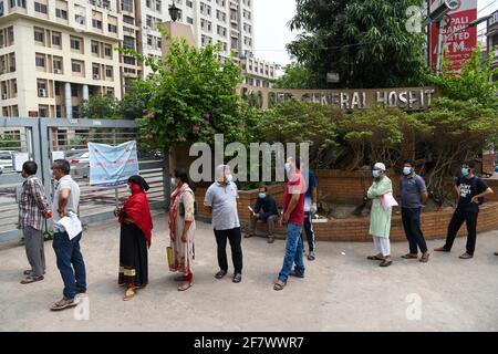 Dhaka, Bangladesh. 10 Apr 2021. I residenti attendono fuori dal Mugda Medical College Hospital per essere testati per il coronavirus COVID-19.Bangladesh estende le misure di blocco a livello nazionale fino ad aprile 25 e impone un coprifuoco notturno da aprile 10 per prevenire l'ulteriore diffusione di COVID-19. Credit: SOPA Images Limited/Alamy Live News