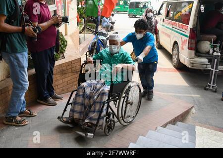 Dhaka, Bangladesh. 10 Apr 2021. Un paziente di coronavirus in sedia a rotelle arriva al Mugda Medical College Hospital per il trattamento.Bangladesh estende le misure di blocco a livello nazionale fino ad aprile 25 e impone un coprifuoco notturno da aprile 10 per prevenire l'ulteriore diffusione di COVID-19. Credit: SOPA Images Limited/Alamy Live News