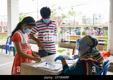 Dhaka, Bangladesh. 10 Apr 2021. I bambini aspettano all'interno del Mugda Medical College Hospital per essere testati per il coronavirus COVID-19.Bangladesh estende le misure di blocco a livello nazionale fino ad aprile 25 e impone un coprifuoco notturno da aprile 10 per prevenire l'ulteriore diffusione di COVID-19. Credit: SOPA Images Limited/Alamy Live News
