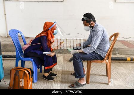 Dhaka, Bangladesh. 10 Apr 2021. Un operatore sanitario consiglia a un paziente circa il coronavirus COVID-19 al Mugda Medical College Hospital.Bangladesh estende le misure di blocco a livello nazionale fino ad aprile 25 e impone un coprifuoco notturno da aprile 10 per prevenire l'ulteriore diffusione di COVID-19. Credit: SOPA Images Limited/Alamy Live News