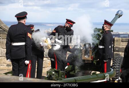 I membri del 105° Regiment Royal Artillery sparano un saluto da 41 armi al Castello di Edimburgo, per celebrare la morte del Duca di Edimburgo. Data immagine: Sabato 10 aprile 2021.