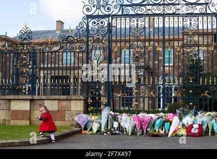 Maise Cairns, di 18 mesi, alle porte del castello di Hillsborough, nell'Irlanda del Nord, durante un saluto di 41 armi, dopo l'annuncio della morte del duca di Edimburgo all'età di 99 anni. Data immagine: Sabato 10 aprile 2021. Il principe Filippo, 99 anni, fu la consorte più lunga della storia britannica. Vedere PA storia MORTE Filippo.