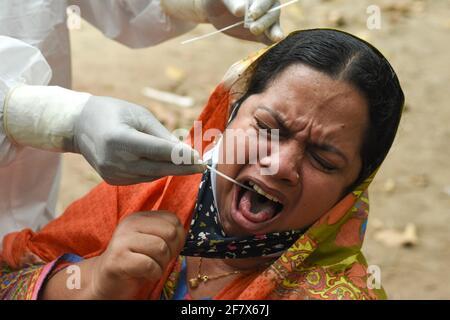 Dhaka, Bangladesh. 10 Apr 2021. Il Bangladesh sta affrontando la seconda ondata di Covid- 19. Il numero di persone colpite aumenta giorno per giorno. Il governo ha aumentato il numero di test, ma è insufficiente per la situazione. (Foto di Jannatul Hasan/Pacific Press) Credit: Pacific Press Media Production Corp./Alamy Live News