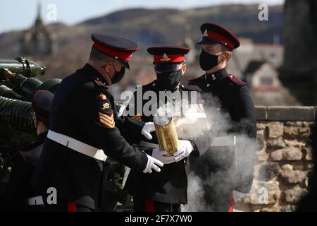 I membri del 105° Reggimento reale artiglieria sparano un saluto da armi per celebrare la morte del Principe Filippo, marito della Regina Elisabetta, al Castello di Edimburgo, in Gran Bretagna, il 10 aprile 2021. Andrew Milligan/Pool via REUTERS