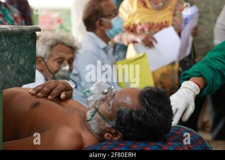 Dhaka, Dhaka, Bangladesh. 10 Apr 2021. Aprile, 10, 2021 pazienti sono in attesa di fronte al reparto di emergenza con ossigeno muschio, Dhaka, Bangladesh Credit: Harun-or-Rashid/ZUMA Wire/Alamy Live News