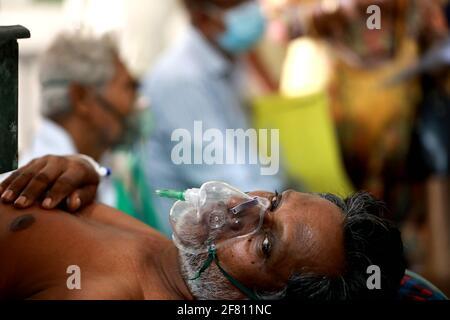 Dhaka, Bangladesh. 10 Apr 2021. I pazienti sono in attesa di fronte al reparto di emergenza con maschera di ossigeno, Dhaka, Bangladesh Credit: Harun-or-Rashid/ZUMA Wire/Alamy Live News