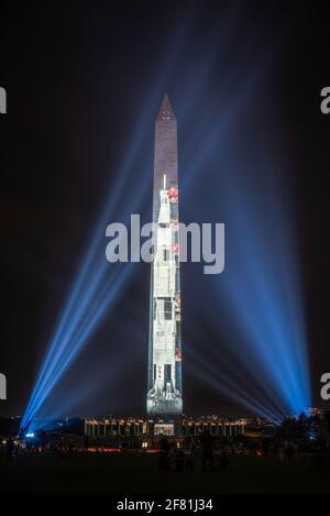 Il razzo Apollo 11 Saturn V proiettato sul monumento di Washington per celebrare il 50° anniversario dell'atterraggio della Luna nel 1969. Foto Stock