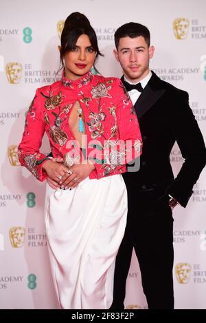 Priyanka Chopra Jonas e suo marito Nick Jonas arrivano per l'EE BAFTA Film Awards alla Royal Albert Hall di Londra. Data immagine: Domenica 11 aprile 2021. Foto Stock