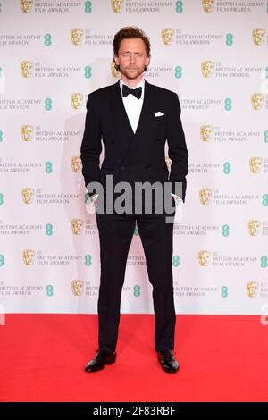 Tom Hiddleston arriva per l'EE BAFTA Film Awards alla Royal Albert Hall di Londra. Data immagine: Domenica 11 aprile 2021.