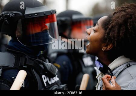 Un manifestante affronta la polizia durante una protesta dopo che la polizia avrebbe sparato e ucciso un uomo, che i media locali sono identificati dalla madre della vittima come Daunte Wright, nel Brooklyn Center, Minnesota, Stati Uniti, aprile 11, 2021. REUTERS/Nick Pfosi