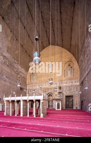 Vista verso qibla iwan, complesso Sultan Hasan, il Cairo
