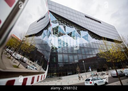 Berlino, Germania. 12 Aprile 2021. Il nuovo edificio Axel Springer si riflette in uno specchio stradale. Credit: Christoph Soeder/dpa/Alamy Live News