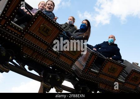 Le persone apprezzano le attrazioni di Alton Towers nello Staffordshire, mentre l'Inghilterra fa un altro passo indietro verso la normalità con l'ulteriore allentamento delle restrizioni di blocco. Data immagine: Lunedì 12 aprile 2021.