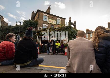 Londra, Regno Unito. 12 aprile 2021. I bevitori fuori dal falterante pub Fullback a Finsbury Park, a nord di Londra, che ha riaperto oggi per bere all'aperto, dato che le misure di blocco sono attenuate in tutto il Regno Unito. Data immagine: Lunedì 12 aprile 2021. Il credito fotografico dovrebbe essere: Matt Crossick/Empics/Alamy Live News