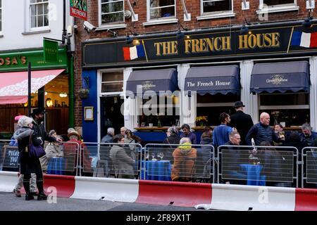 12 aprile 2021. Soho, Londra. I clienti del pub French House dopo il relax delle restrizioni Covid del governo britannico in Inghilterra, che consentono di servire cibo e bevande ai tavoli all'aperto.