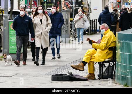 Berlino, Germania. 12 Aprile 2021. Un musicista che indossa una maschera si esibisce a Berlino, capitale della Germania, il 12 aprile 2021. Più di tre milioni di infezioni COVID-19 sono state registrate in Germania lunedì dallo scoppio della pandemia, secondo il Robert Koch Institute (RKI). Credit: Stefan Zeitz/Xinhua/Alamy Live News