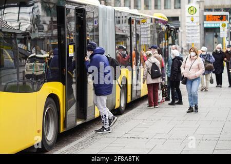 Berlino, Germania. 12 Aprile 2021. La gente si prepara a salire su un autobus a Berlino, capitale della Germania, il 12 aprile 2021. Più di tre milioni di infezioni COVID-19 sono state registrate in Germania lunedì dallo scoppio della pandemia, secondo il Robert Koch Institute (RKI). Credit: Stefan Zeitz/Xinhua/Alamy Live News