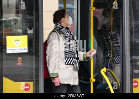 Berlino, Germania. 12 Aprile 2021. Un passeggero che indossa una maschera si trova su un autobus a Berlino, capitale della Germania, il 12 aprile 2021. Più di tre milioni di infezioni COVID-19 sono state registrate in Germania lunedì dallo scoppio della pandemia, secondo il Robert Koch Institute (RKI). Credit: Stefan Zeitz/Xinhua/Alamy Live News