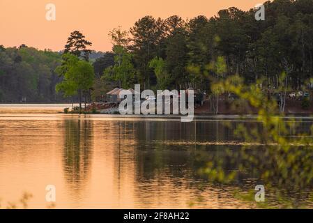 Il lago si snoda al tramonto lungo il lago Stone Mountain presso lo Stone Mountain Park Campground vicino ad Atlanta, Georgia. (STATI UNITI) Foto Stock