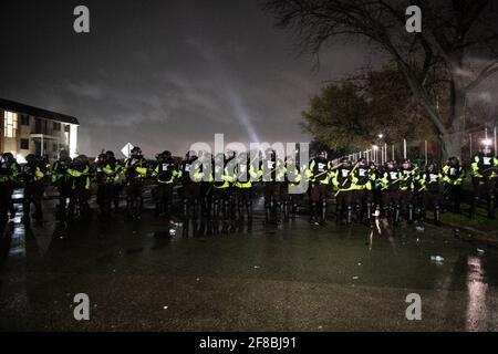 Brooklyn Center, Minnesota, 12 aprile 2021, i manifestanti e gli ufficiali di polizia si scontrano fuori dal Brooklyn Center Police Department il 12 aprile 2021 a Brooklyn Center, Minnesota, dopo l'uccisione di Daunte Wright. Foto: Chris Tuite/ImageSPACE /MediaPunch