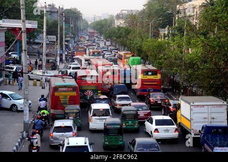 Dhaka, Bangladesh. 13 Aprile 2021. I pendolari si fanno strada attraverso un ingorgo di traffico in mezzo alla pandemia di coronavirus COVID-19 a Dhaka, Bangladesh, il 13 aprile 2021 Credit: Mamunur Rashid/Alamy Live News