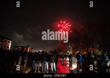Brooklyn Center, Stati Uniti. 12 Aprile 2021. I manifestanti e gli ufficiali di polizia si scontrano fuori dal Brooklyn Center Police Department il 12 aprile 2021 a Brooklyn Center, Minnesota, dopo l'uccisione di Daunte Wright. Foto: Chris Tuite/ImageSPACE Credit: Imagespace/Alamy Live News
