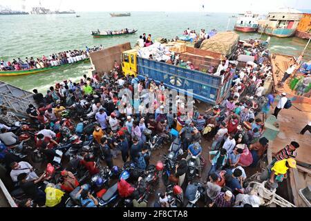 Dhaka, Dhaka, Bangladesh. 13 Apr 2021. Aprile, 13, 2021 ignorando tutte le direttive del governo sulla distanza sociale, la gente ancora si riunisce nella zona di Bazar durante la crisi del coronavirus in Bangladesh Credit: Harun-or-Rashid/ZUMA Wire/Alamy Live News