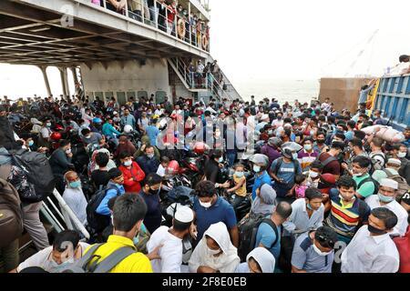 Dhaka, Bangladesh. 13 Apr 2021. Ignorando tutte le direttive governative in materia di allontanamento sociale, la gente si riunisce ancora nella zona di Bazar nonostante la crisi del coronavirus. Credit: Harun-or-Rashid/ZUMA Wire/Alamy Live News