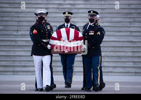 Washington, DC, Stati Uniti. 13 Apr 2021. Il cazzo dell'ufficiale William Evans della polizia del Campidoglio degli Stati Uniti è portato da una guardia d'onore del servizio congiunto sul fronte Est del Campidoglio degli Stati Uniti dopo essere stato in onore nella Capitol Rotunda, a Washington, DC, USA, il 13 aprile 2021. Un 'tributo e mentire in onore cerimonia ' ha avuto luogo per l'ufficiale Evans, che è stato ucciso e un altro ufficiale ferito nella linea di servizio quando un sospetto ha fatto un rampicante un veicolo all'entrata nord del Campidoglio, 02 aprile.Credit: Michael Reynolds/Pool via CNP | Usage Worldwide Credit: dpa/Alamy Live News Foto Stock