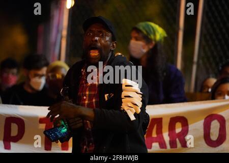 Philadelphia, Stati Uniti. 13 Apr 2021. Un manifestante grida durante una protesta di Justice for Daunte Wright a Philadelphia, USA. Daunte Wright era un uomo nero di 20 anni che fu ucciso e ucciso da un agente di polizia a Brooklyn Center, Minnesota, il 11 aprile. Credit: Chase Sutton/Alamy Live News