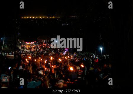 Bhaktapur, Nepal. 15 Aprile 2021. I devoti nepalesi portano le tradizionali torce che partecipano alla processione intorno alla città antica per offrire preghiere durante Biska Jatra il giorno della festa indoor, per accogliere l'arrivo della primavera e il nuovo anno nepalese a Bhaktapur, Nepal, giovedì 15 aprile 2021. Credit: Skanda Gautam/ZUMA Wire/Alamy Live News